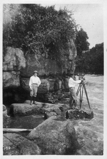Silvino Santos filmando as cachoeiras do rio Igaraparana no Rio Putumayo, em 1916, quando ainda pertencia ao Peru