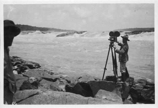 """Silvino Santos filmando o salto de Teotonio no Rio Madeira para o filme """"No Paiz das Amazonas"""", em 1921, a mando de J.G. Araújo"""