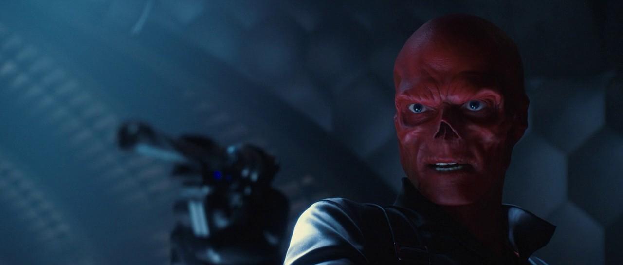 Homem retira o nariz para parecer vilão da Marvel