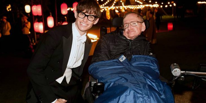 Stephen Hawking parabeniza Eddie Redmayne por Oscar