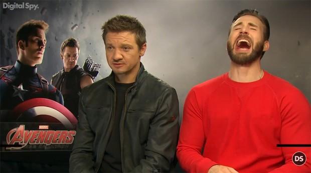 """Jeremy Renner e Chris Evans criam polêmica ao chamar a Viúva Negra de """"vadia"""" durante divulgação de """"Vingadores"""""""
