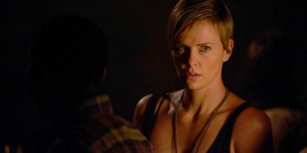 Charlize Theron em cena de Lugares Escuros