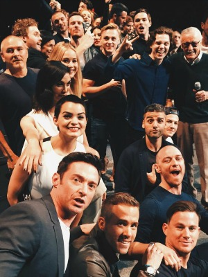 Selfie de Hugh Jackman e elenco de X-Men: Apocalipse no painel da Fox na San Diego Comic-Con 2015