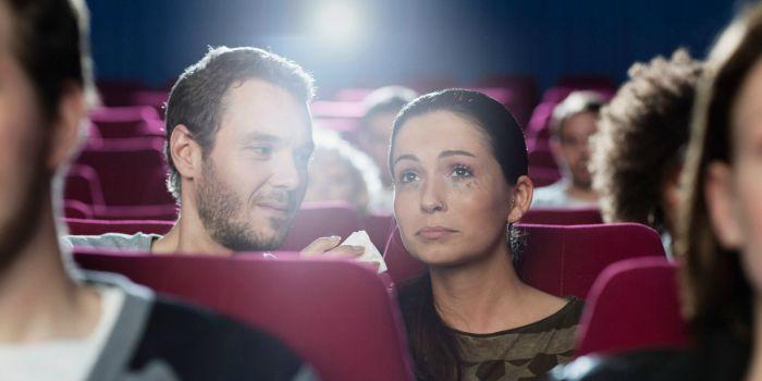 Pesquisa afirma que chorar no cinema faz bem