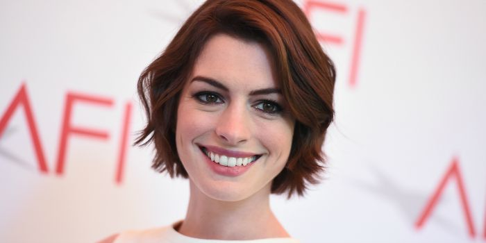 Anne Hathaway negocia para viver Barbie nos cinemas