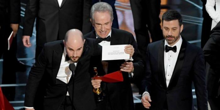 Empresa responsável por envelopes do Oscar pede desculpas após fim caótico