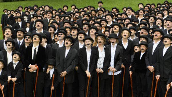 Centenas de 'Carlitos' celebram aniversário de Charles Chaplin na Suíça