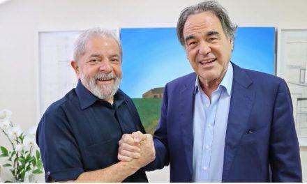 Oliver Stone assina petição para que Lula possa disputar eleição