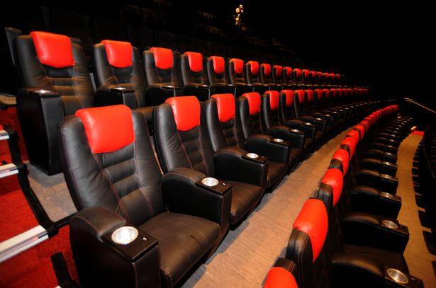 Homem morre após ficar preso em cadeira de cinema na Inglaterra