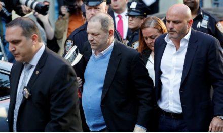 Por acusações sexuais, Harvey Weinstein se apresenta à polícia de Nova York