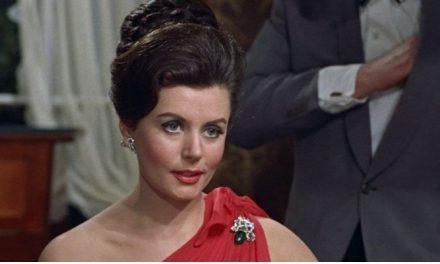 """Primeira Bond girl dos filmes """"007"""", Eunice Gayson morre aos 90 anos"""