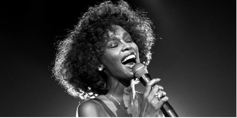 Segredos revelados e acusações familiares marcam documentário sobre Whitney Houston