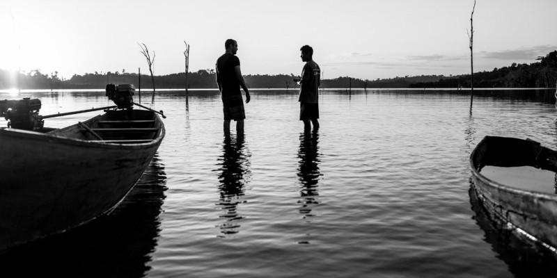 'O Reflexo do Lago': documentário fica pela metade em muitos caminhos