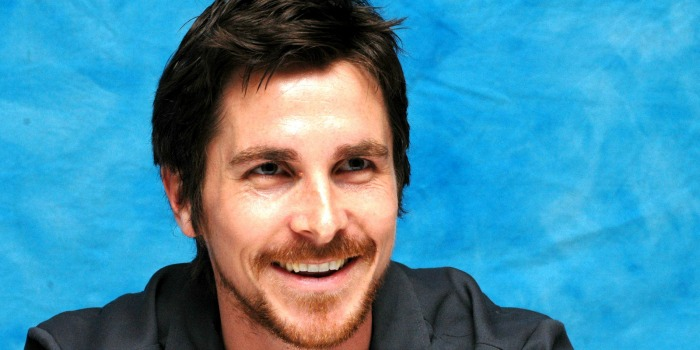 "Lesão no joelho tira Christian Bale do elenco de ""Deep Blue Good-by"""
