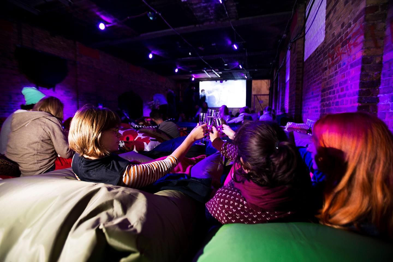 Pillow Cinema pede que espectadores tragam seus travesseiros e faz sucesso em Londres