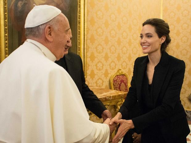 Angelina Jolie encontra Papa Francisco após exibição de Invencível no Vaticano