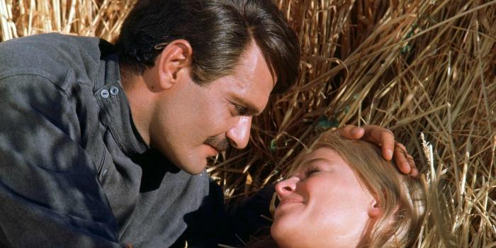 """Omar Sharif com Julie Christie em """"Doutor Jivago"""" (1965)"""