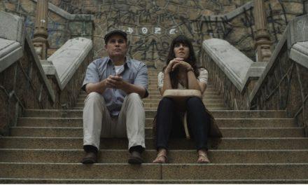 'Teu Mundo Não Cabe Nos Meus Olhos': drama vazio de ideias e piegas ao extremo