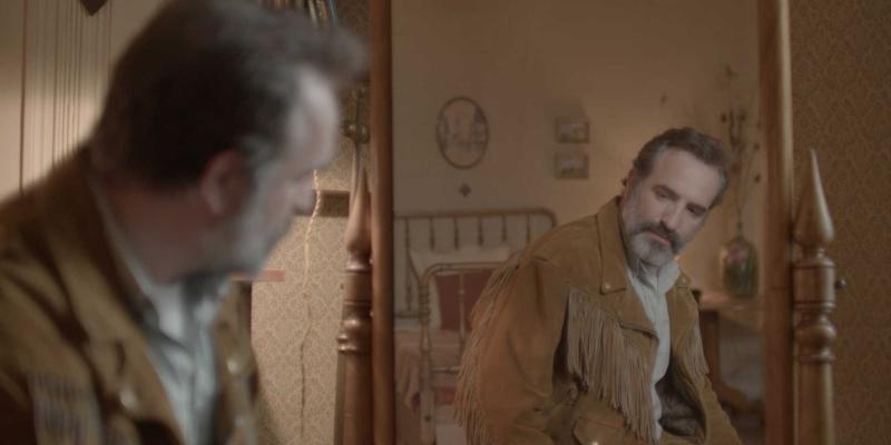 'Deerskin': Jean Dujardin retorna à forma em comédia bizarra e irônica
