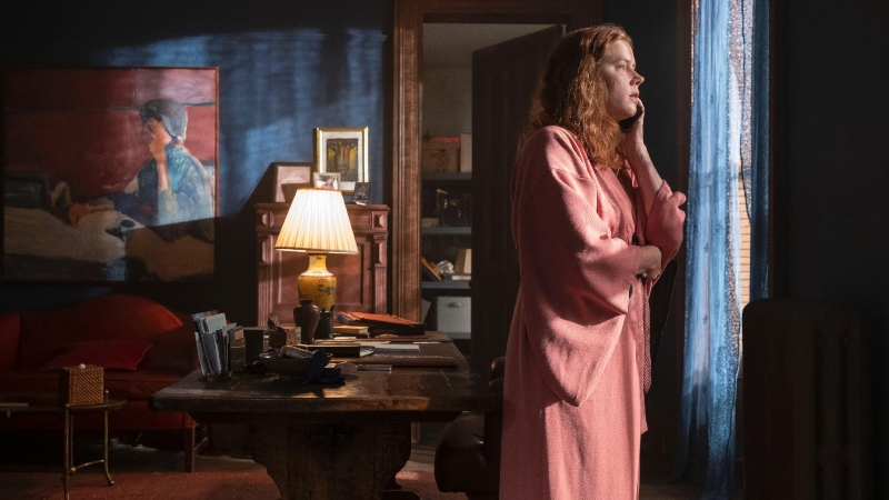 'A Mulher na Janela': Amy Adams em pastiche de Hitchcock sem vida