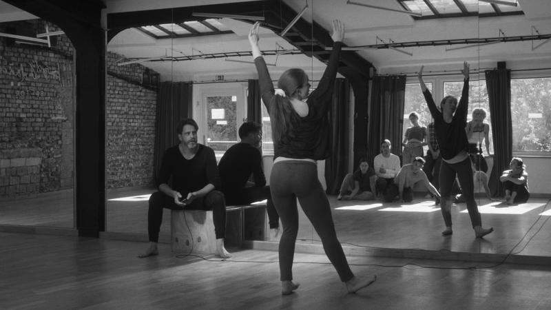 'Mirrors in the Dark': drama de demasiados passos em falso